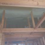 奥に人影が・・・外張りの屋根裏断熱工事のようす