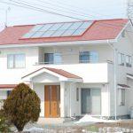 太陽熱と補助ボイラーのハイブリッドソーラーの家